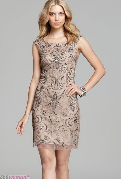 светлое платье-футляр из кружева