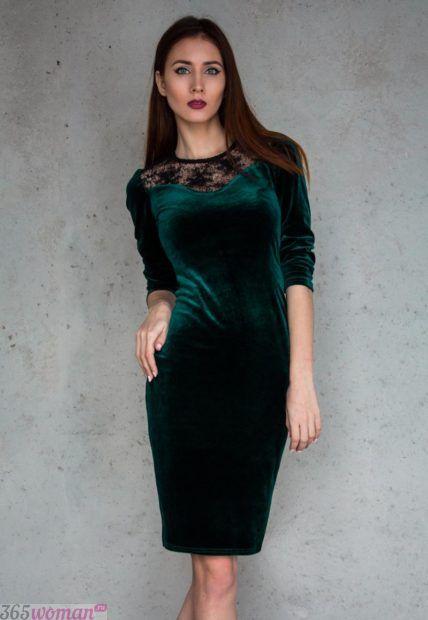 зеленое велюровое платье-футляр