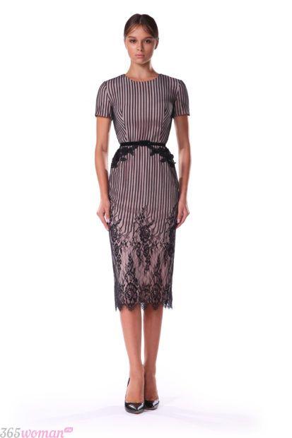 платье-футляр пастельного цвета с кружевом