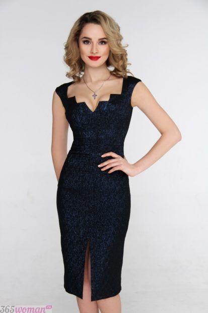 черное платье-футляр с вырезом