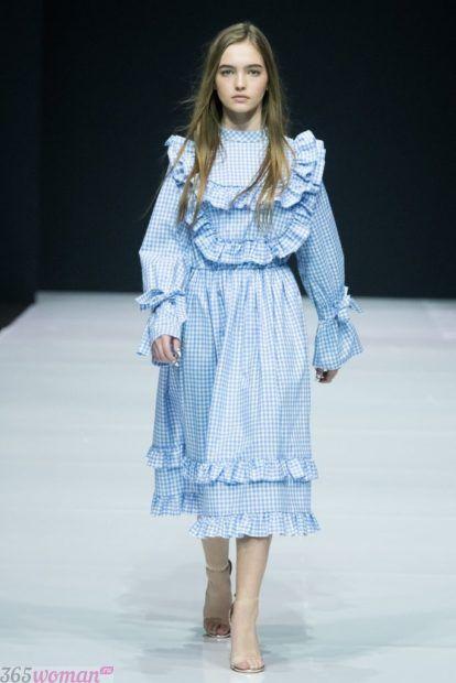 голубое  платье с рюшами и удлиненными рукавами