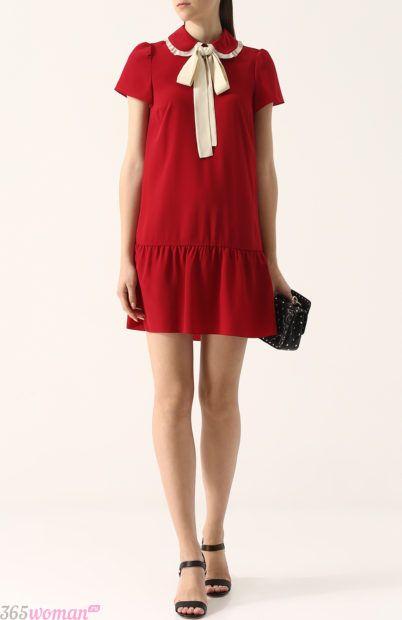 красное платье с белым бантом