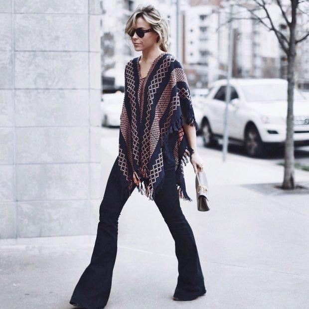 пончо с узором с расклешенными джинсами