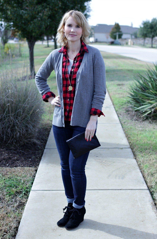 серый кардиган, джинсы и клетчатая рубашка