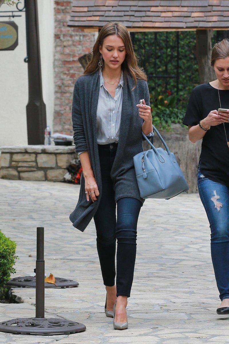 серый кардиган и джинсы
