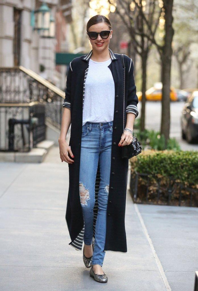 длинный темный кардиган с джинсами