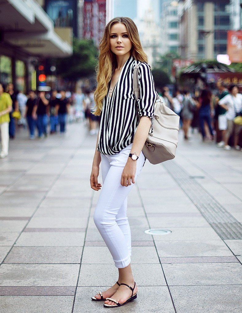блузка в полоску и белые брюки