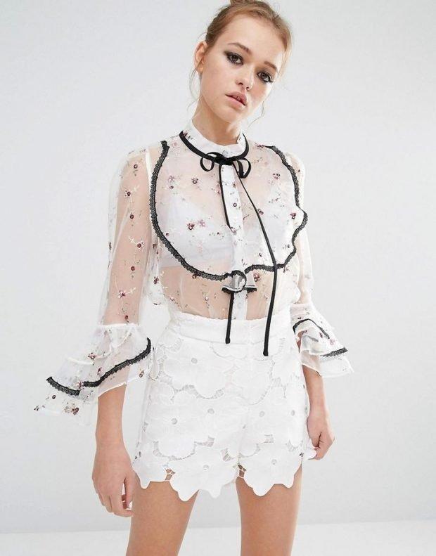 прозрачная блузка с рюшами и белая юбка