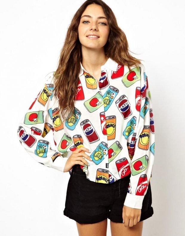 блузка с ярким рисунком и черные шорты