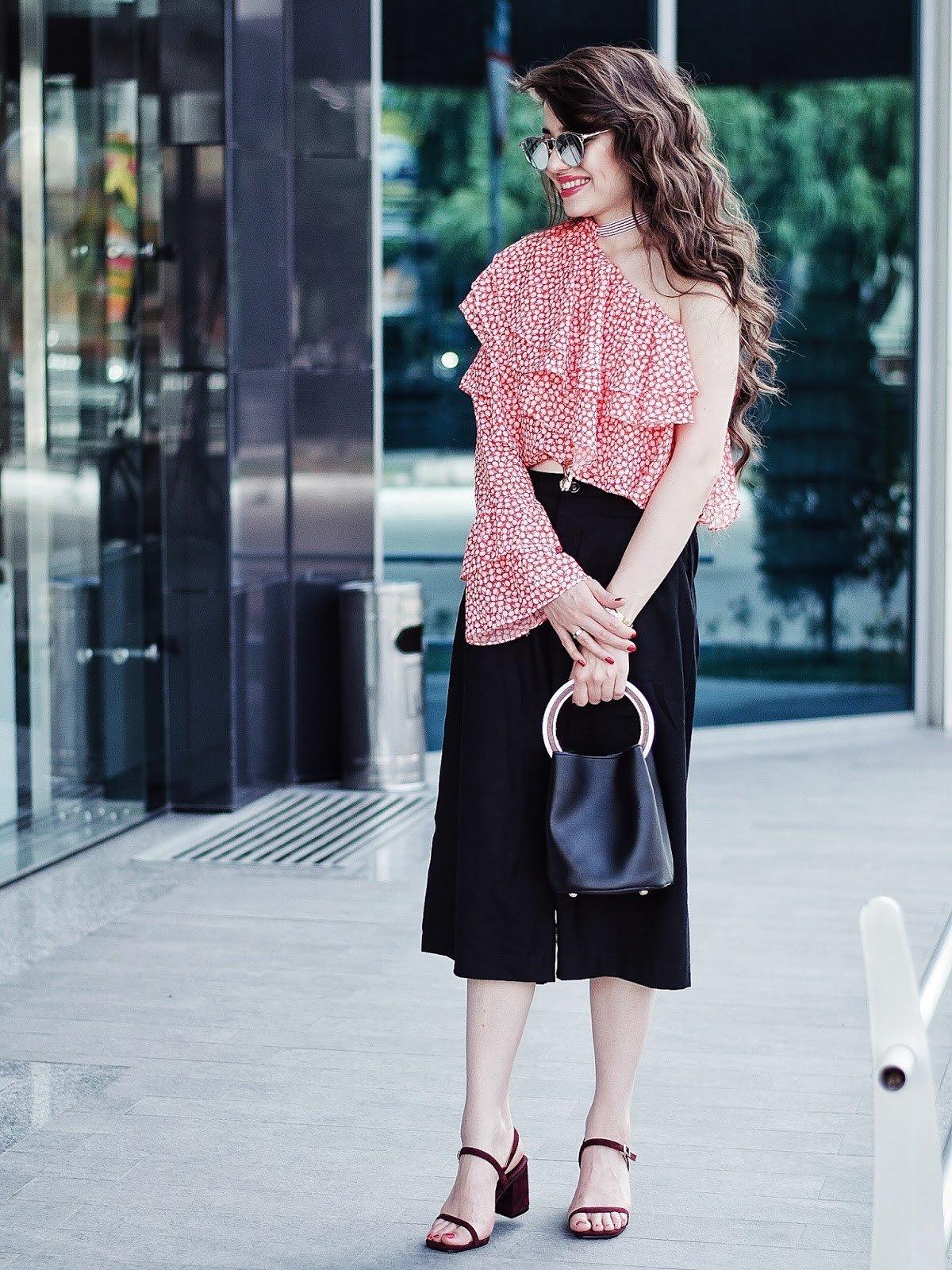 блузка с рюшами и черная юбка