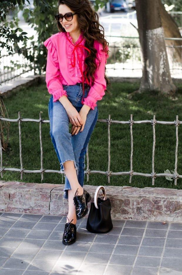 ярок-розовая блузка и джинсы