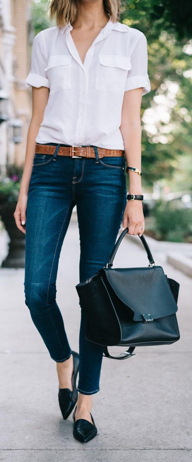 белая блузка с коротким рукавом и джинсы