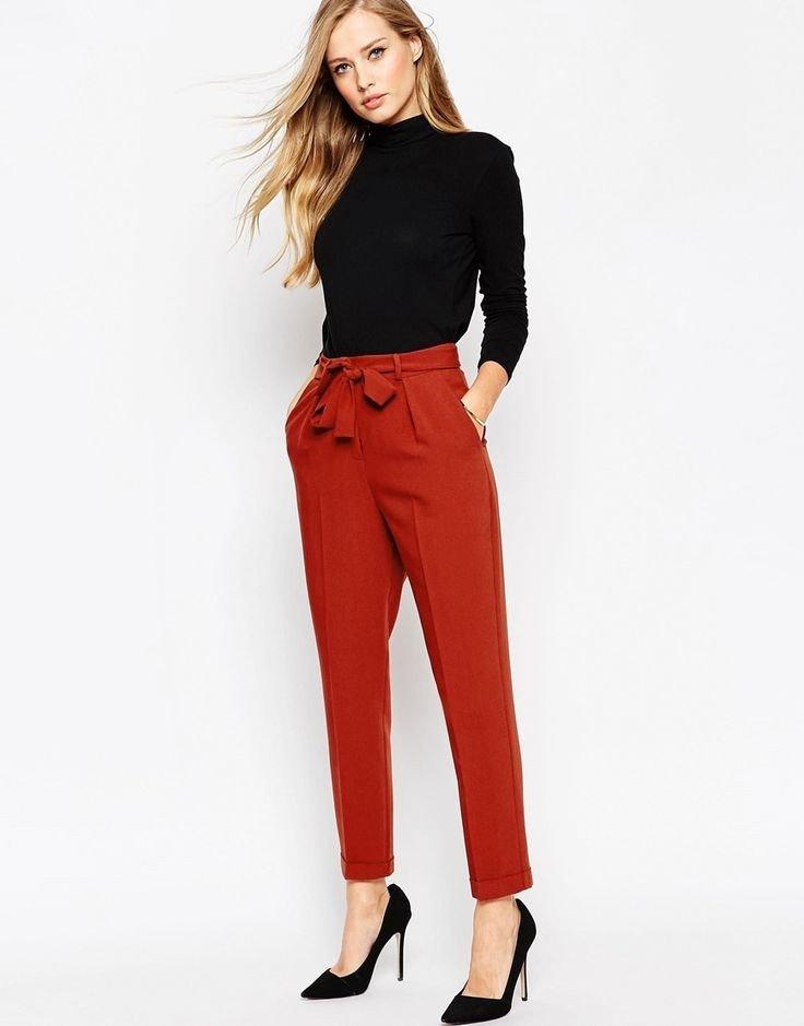 красные брюки и черный гольф