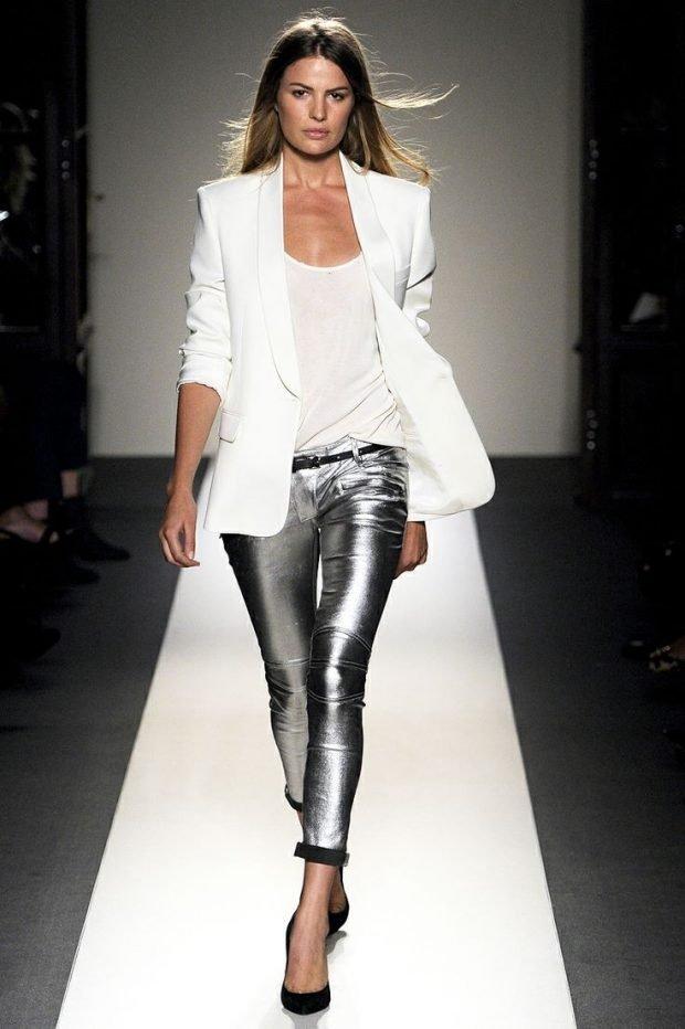 серебристые брюки и белый пиджак