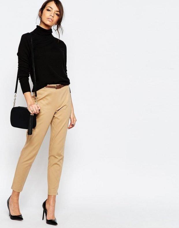 бежевые брюки и черная водолазка