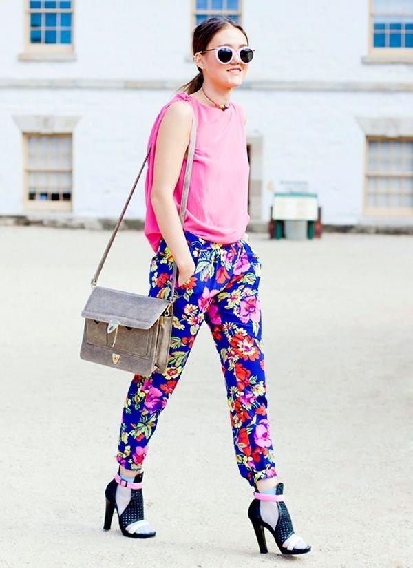 синие брюки принт и розовая майка