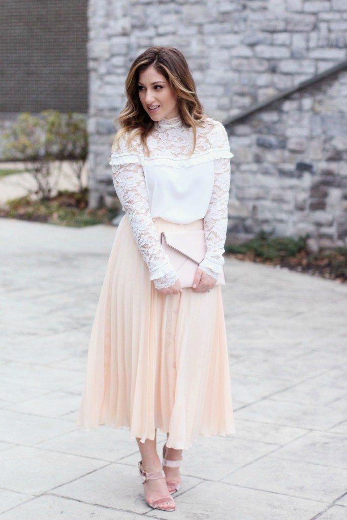 светлая юбка-плиссе и белая блуза