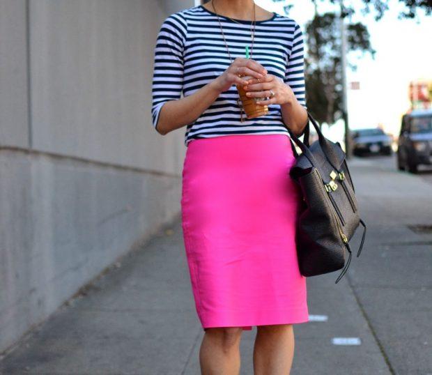 ярко-розовая юбка и полосатый реглан