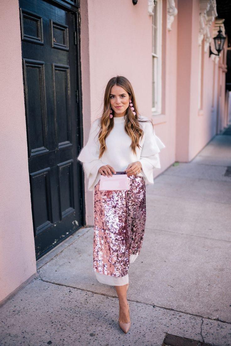 блестящая розовая юбка и белая блуза