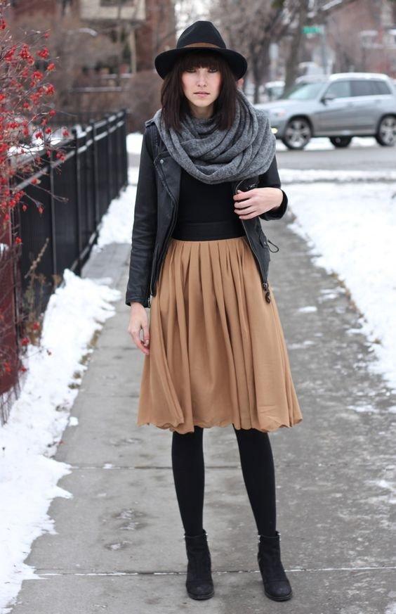 бежевая юбка-клеш и кожаная куртка