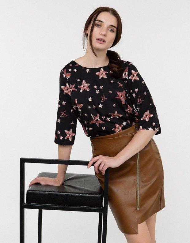 коричневая кожаная юбка и черная блуза принт