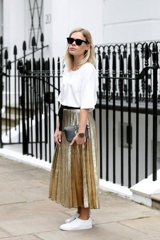 золотистая длинная юбка и белая кофта