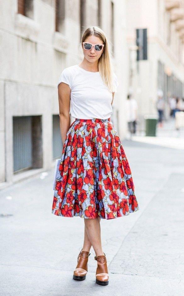 юбка в цветочный принт с белой футболкой