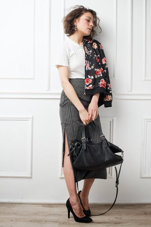 Модные сеты 2019 2020: серая юбка и бомбер с цветочным принтом