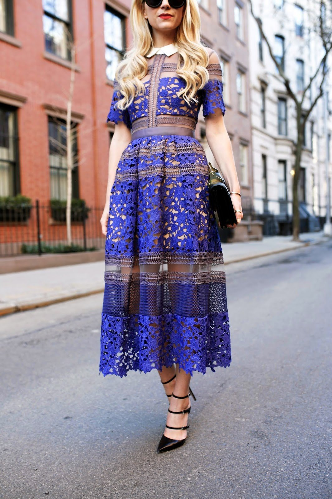 синее гипюровое платье с черными босоножками и сумкой