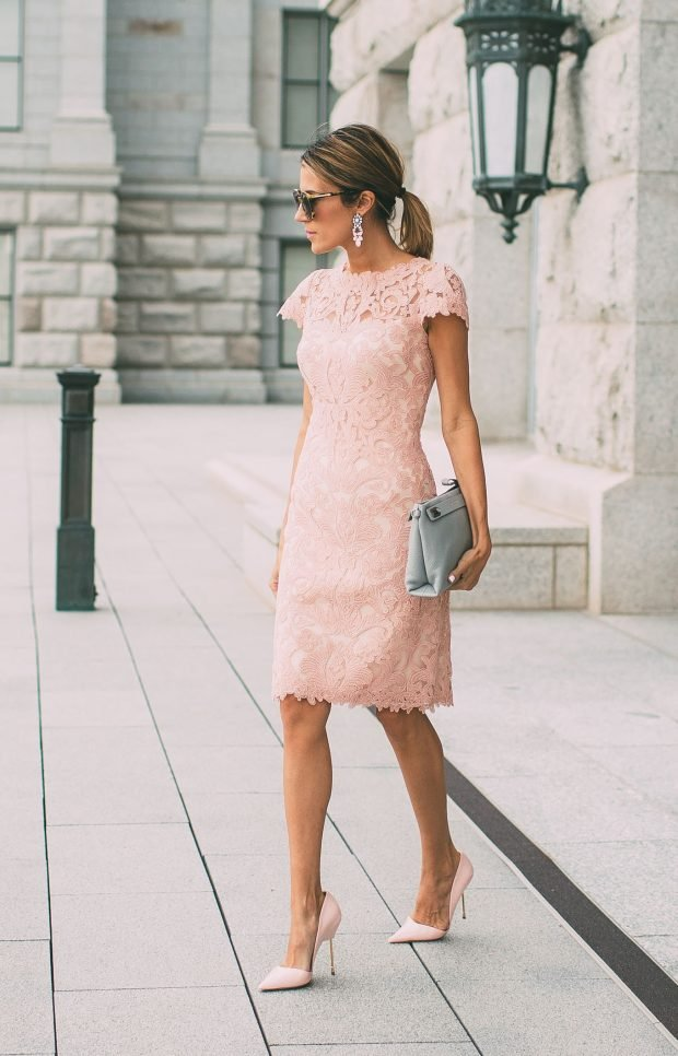 пудровое платье из кружева и серая сумочка