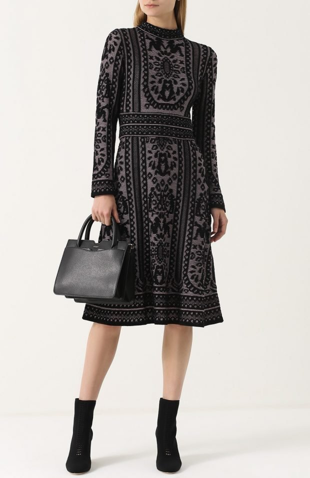 черное платье с узором и полусапожки из замши