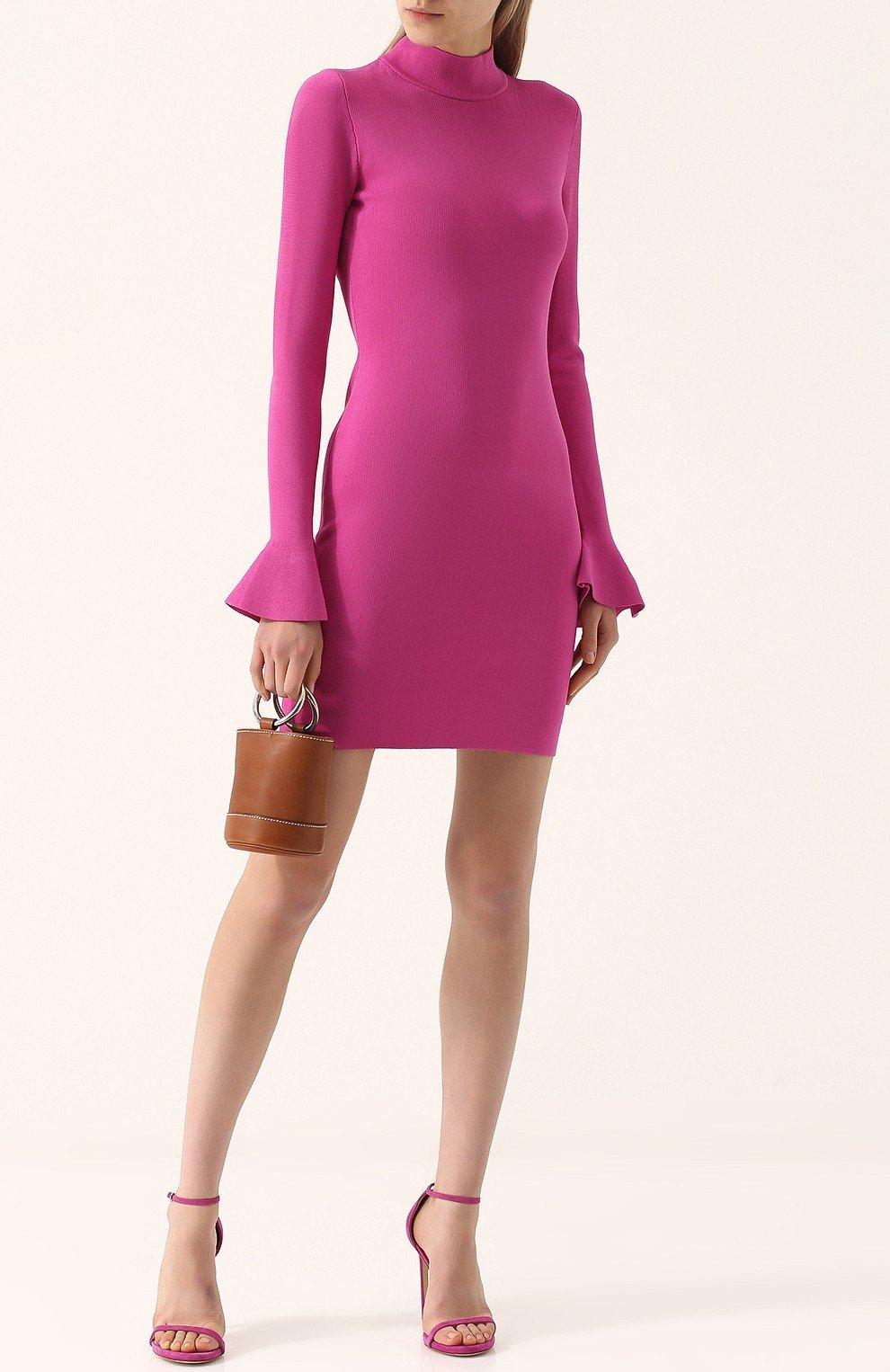 розовое платье с маленькой сумочкой и босоножками