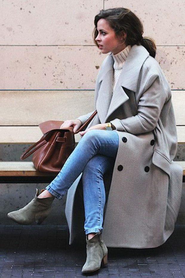 серое пальто и замшевые ботинки