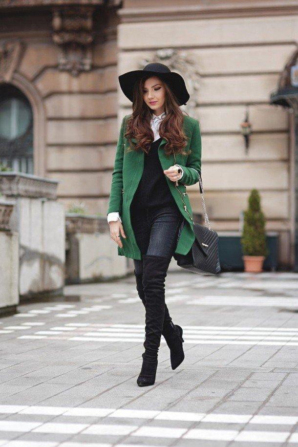 зеленое пальто с ботфортами