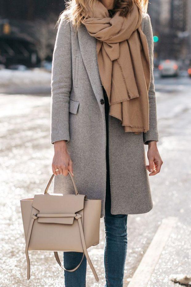 серое пальто объемный шарф и сумка