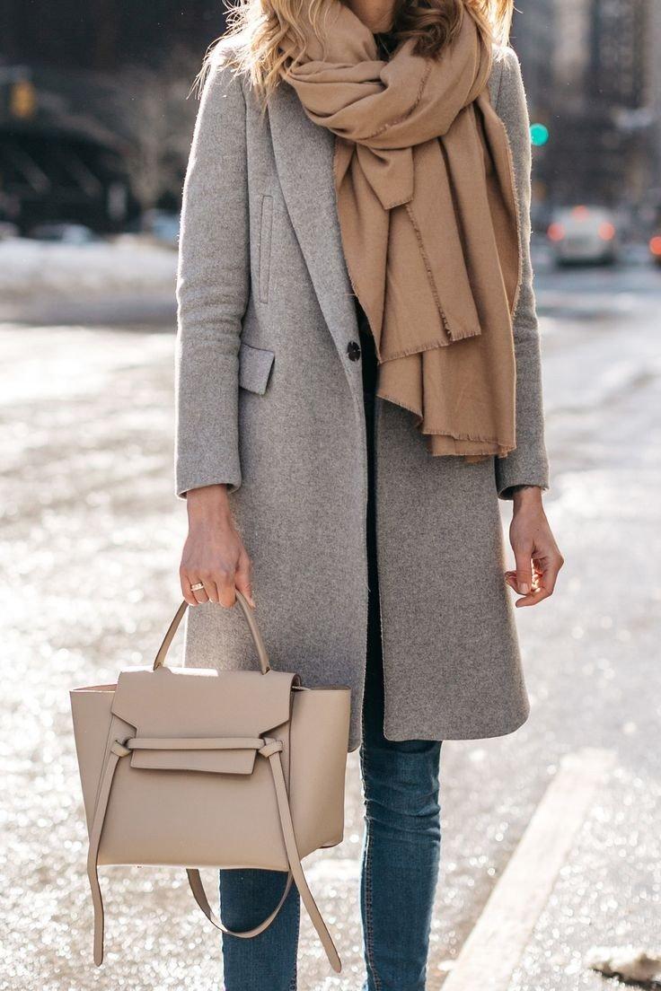 серое пальто, объемный шарф и сумка