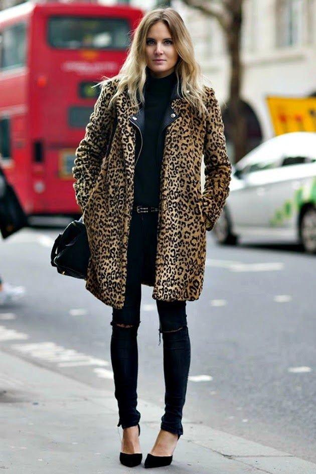 леопардовое пальто с темными джинсами с разрезами