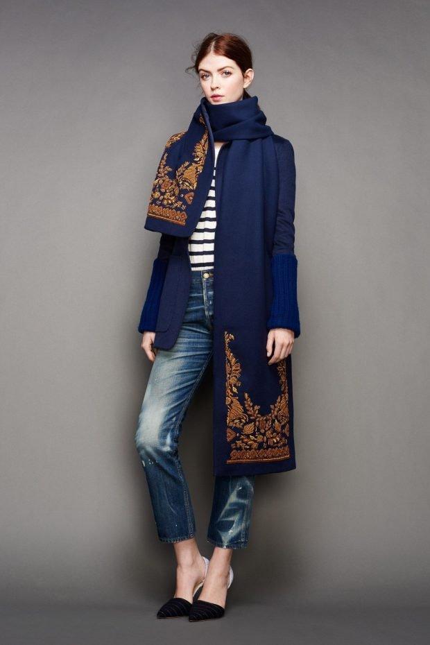 синее пальто с вышивкой и джинсы