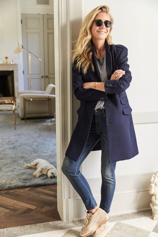 темно-синее пальто и джинсы