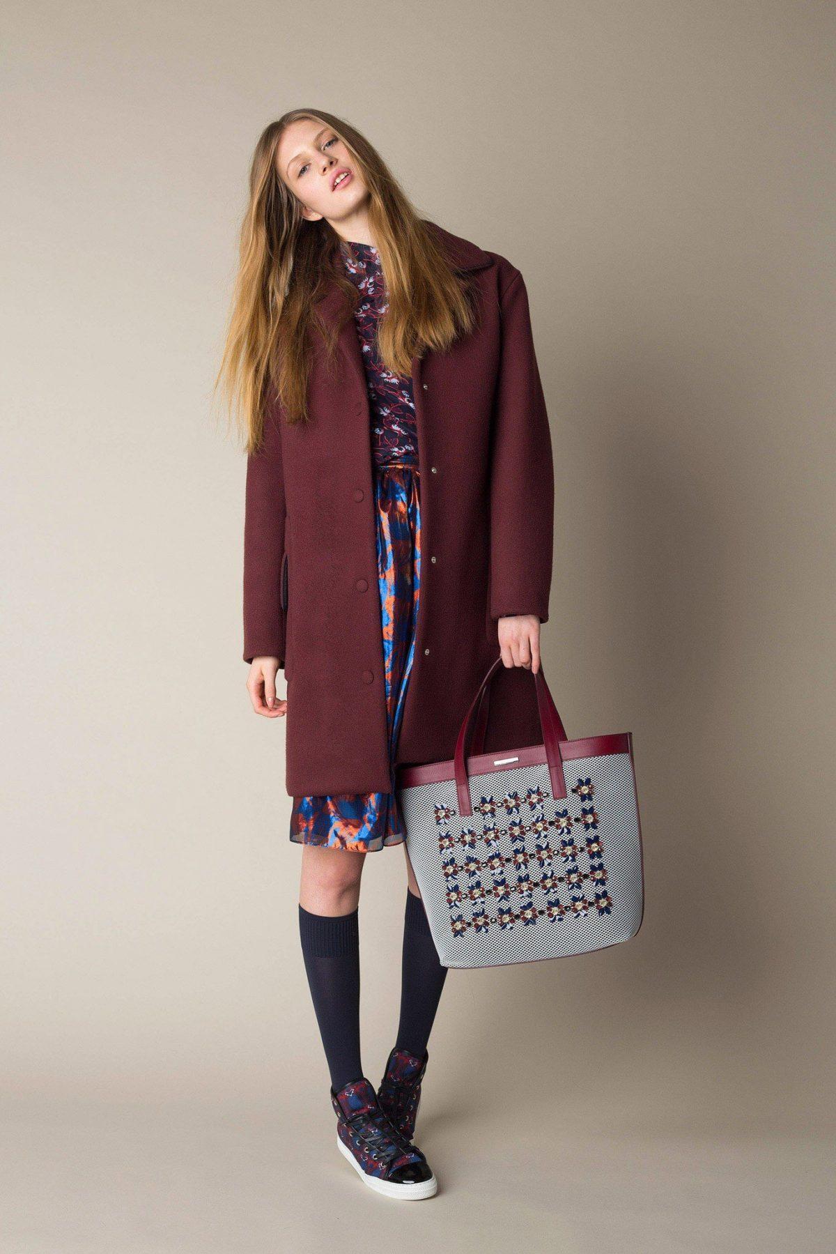 бордовое пальто с цветным платьем