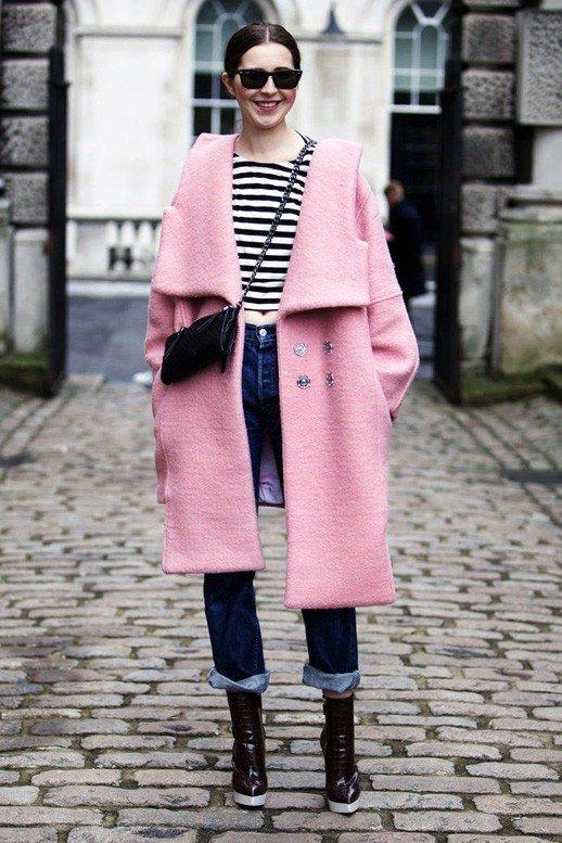 розовое пальто оверсайз с джинсами