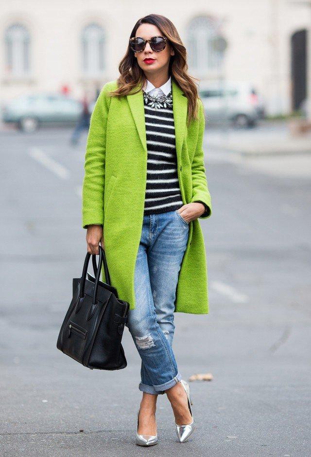 салатовое пальто с джинсами и полосатым регланом
