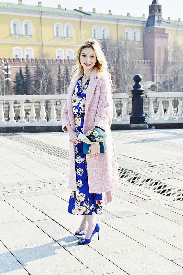 синее платье принт и розовое пальто
