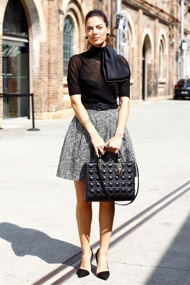 серая юбка, прозрачная блуза и объемная сумка