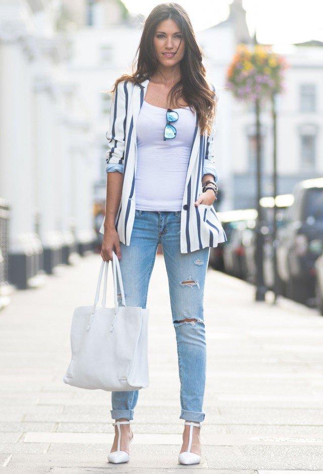джинсы, пиджак в полоску и объемная сумка