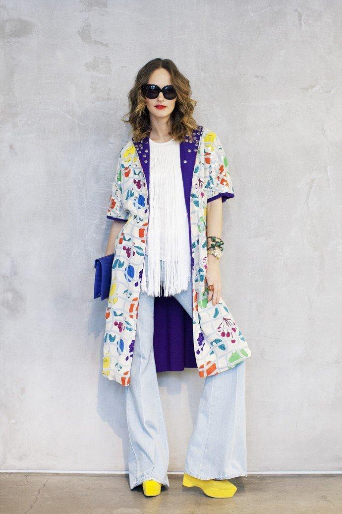 удлиненный пиджак в цветочный принт и светлые брюки