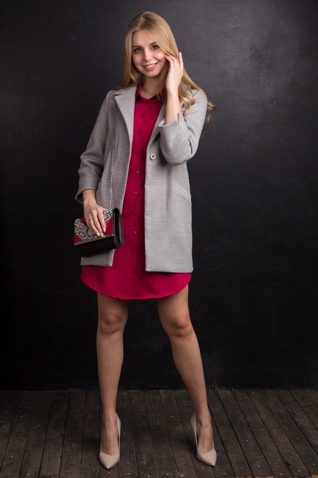 Модные сеты 2019 2020: бордовое платье и светлое пальто