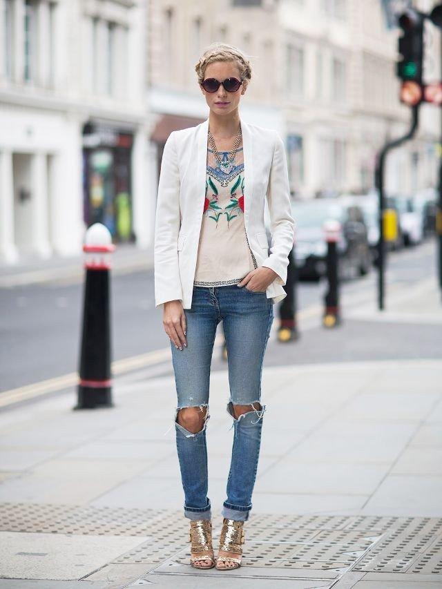 Модные сеты 2019 2020: рваные джинсы и белый пиджак