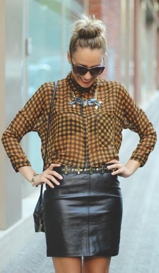 клетчатая блузка и кожаная юбка