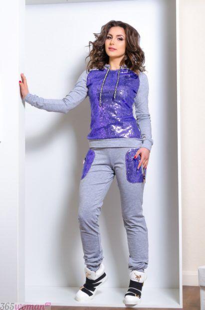 серый костюм с фиолетовыми вставками